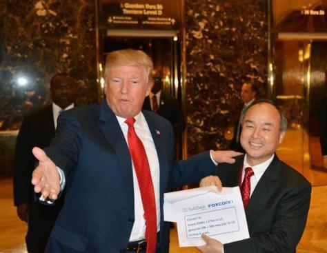 取材に応じるソフトバンクグループの孫正義社長(右)とトランプ次期米大統領=6日、ニューヨークのトランプタワー(共同)