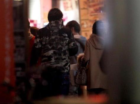 街頭で通行人の女性に声をかける風俗スカウト=11月29日、大阪市中央区