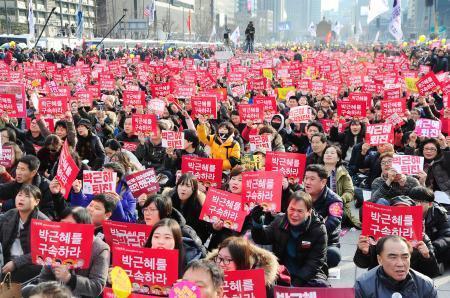 韓国の朴槿恵大統領の退陣を求め、ソウル中心街で開かれた抗議集会で声を上げる人たち=3日、ソウル(共同)