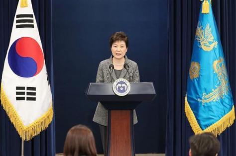国民向け談話を発表する韓国の朴槿恵大統領。任期満了前の辞意を表明し、国政が混乱する中で韓国は「日本頼み」を強めている=11月29日、ソウル(聯合=共同)
