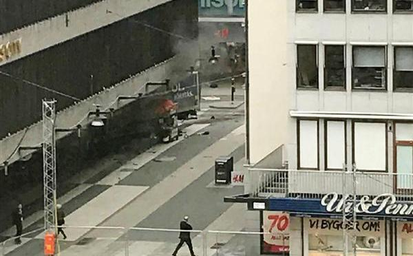スウェーデン トラック突っ込み2人死亡 テロの可能性も