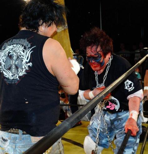 大仁田厚(左)と死闘を繰り広げるミスター・ポーゴさん=14年撮影