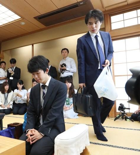 2日、竜王戦決勝トーナメントで顔を合わせた藤井聡太四段と佐々木勇気五段