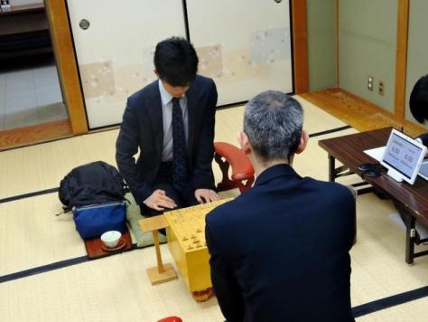 対局を行う藤井四段(左)と中田七段=関西将棋会館
