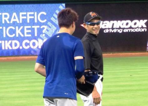 試合前にドジャースの前田(左)と談笑するイチロー(撮影・小林信行)