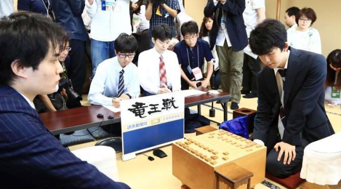 竜王戦決勝トーナメント2回戦で佐々木五段と対局する藤井四段(撮影・江口和貴)