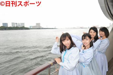 東京アイドルフェスティバルが行われる台場地区を船から見つけ指さすSTU48(撮影・森本隆)