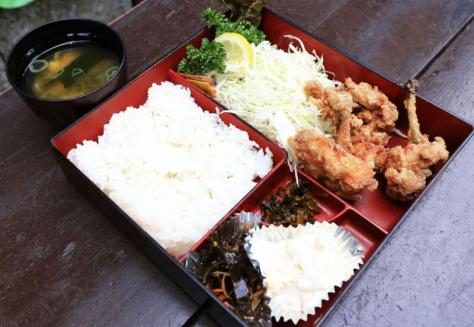 夕食で藤井聡太四段が注文した、みろく庵の若鶏唐揚げ定食(撮影・江口和貴)