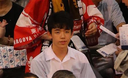 大相撲を観戦する、藤井聡太四段=愛知県体育館(撮影・山下香)