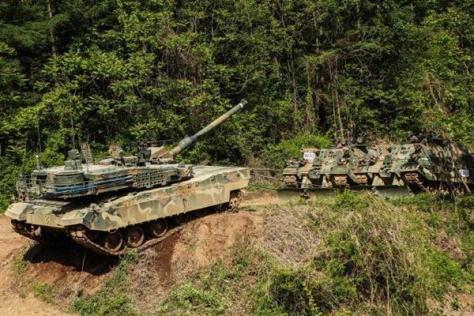 悪路で動けなくなった戦車を回収する訓練で、救助される側となって牽引されるK2戦車(韓国陸軍HPより)