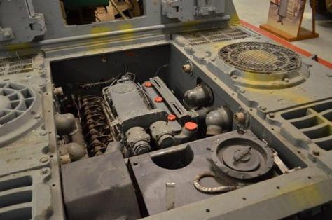 第二次大戦時のドイツの重駆逐戦車「ヤークトティーガー」に搭載されたマイバッハHL230エンジン。ティーガー2やパンターにも同系統のエンジンが搭載されていた(2011年11月、岡田敏彦撮影)