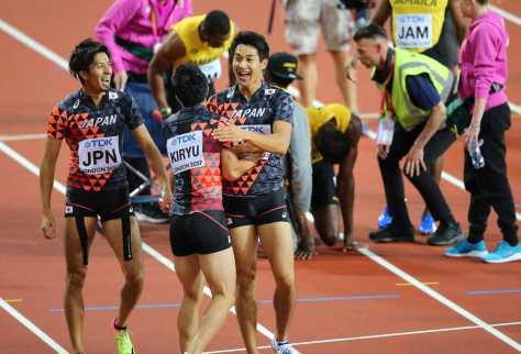 男子400メートルリレー決勝で、3位を喜ぶ(左から)藤光、桐生、飯塚。中央右は負傷するボルト