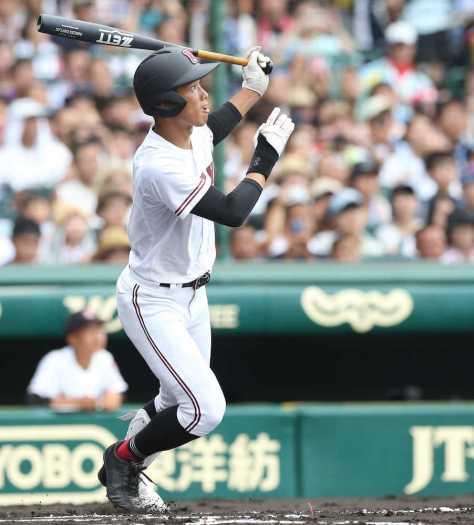 <天理・広陵>1回1死二塁、広陵・中村は中越えに2点本塁打を放ち、清原に並ぶ大会5本目の本塁打をマーク