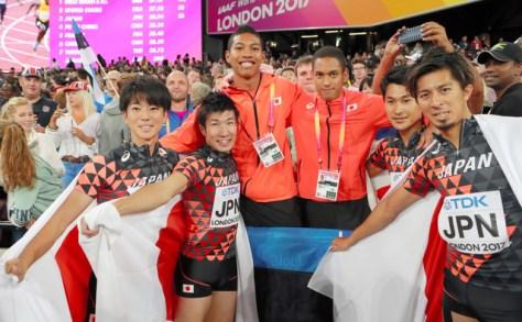 男子400メートルリレー決勝で3位になり喜ぶ日本チーム。左から多田、桐生、サニブラウン、ケンブリッジ、飯塚、藤光=池田良撮影