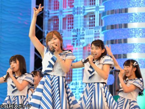 初出場したSTU48の一員として歌う指原莉乃(中央左)と瀧野由美子(同右)ら(撮影・森本隆)