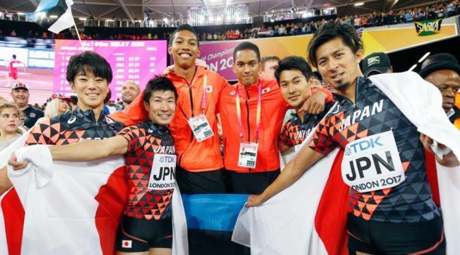 男子400メートルリレーで日本が銅メダルを獲得し、記念写真に納まる(左から)多田、桐生、サニブラウン、ケンブリッジ、飯塚、藤光=ロンドン(共同)