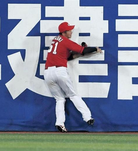 2回、戸柱の打球を捕球後、着地した時に右足首を負傷した鈴木(撮影・棚橋慶太)