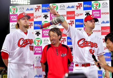お立ち台で「最高でーす!!」と叫び、マイクを放り投げるジョンソン。左はエルドレッド(撮影・吉澤敬太)