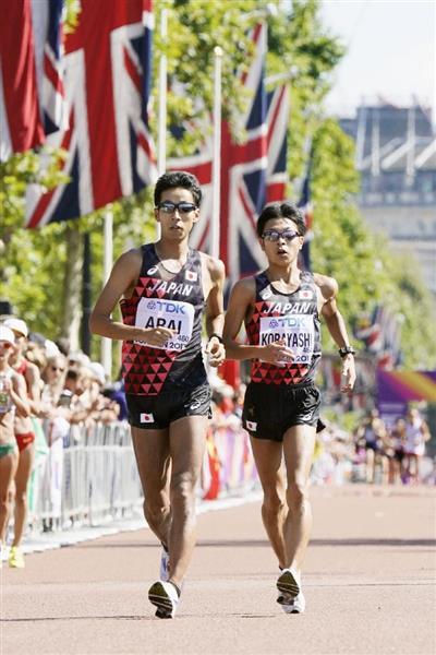 男子50キロ競歩の終盤、並んでトップを追いかける荒井広宙(左)と小林快=13日、英ロンドン(共同)
