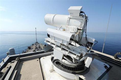 輸送揚陸艦ポンスに備えられたレーザー兵器システム「LaWS」(米海軍提供)