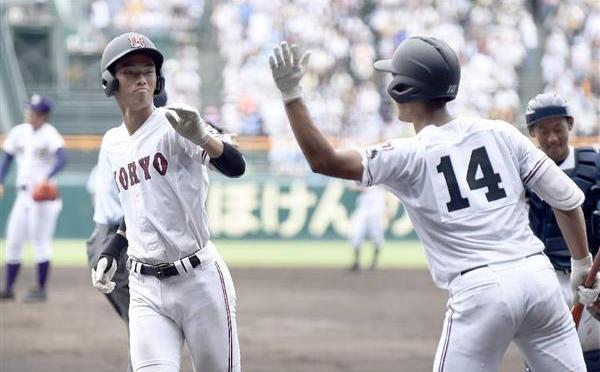 天理戦の五回に個人1大会最多本塁打記録の6本目となる本塁打を放ち、ホームインする広陵・中村奨成捕手(左)=甲子園球場
