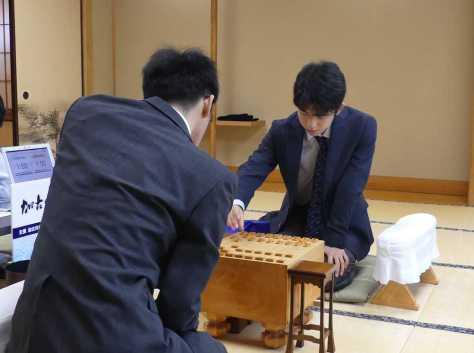 スポニチ 加古川青流戦の準々決勝で井出隼平四段と対局する藤井聡太四段(右)