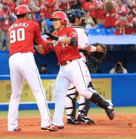 2回1死一塁、広島・会沢が左越えに2ランを放つ