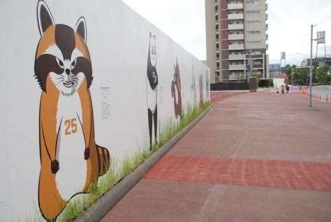 カープロードの終わりにある「カープウォール」には「Carp Zoo Zoo Stadium」として動物になった選手たちが登場、左端は「アライサングマ」(撮影・松浦隆司)