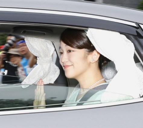 半蔵門から皇居に入る秋篠宮家の長女眞子さま(3日午前)=代表撮影