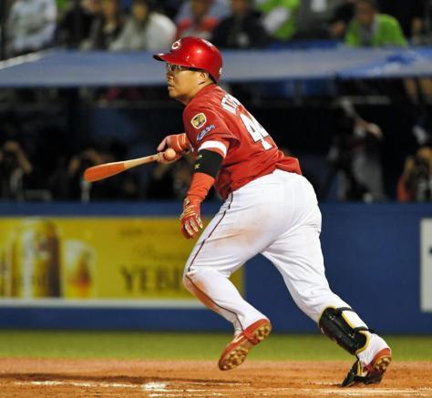 7回、2点二塁打を放つ広島・松山=神宮(撮影・出月俊成)