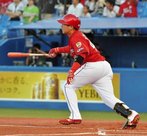 1回広島1死一、二塁、右中間に先制の2点二塁打を放つ広島・松山竜平=神宮(撮影・出月俊成)