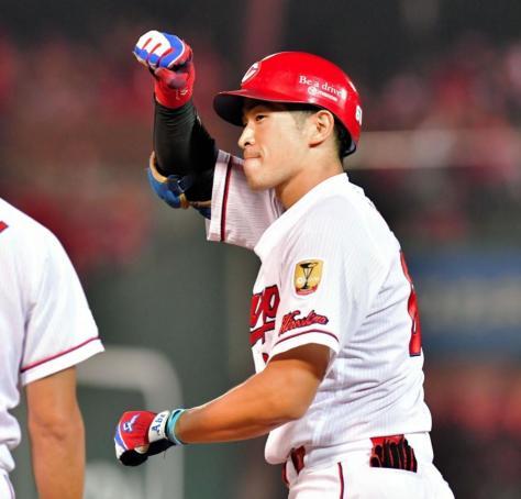 3回広島2死二、三塁、左前に2点適時打を放ちガッツポーズで喜ぶ安部=マツダスタジアム(撮影・吉澤敬太)