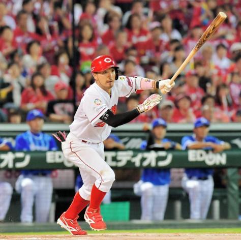 6回広島無死一、二塁、右線に2点適時二塁打を放つ菊池涼介=マツダスタジアム(撮影・吉澤敬太)