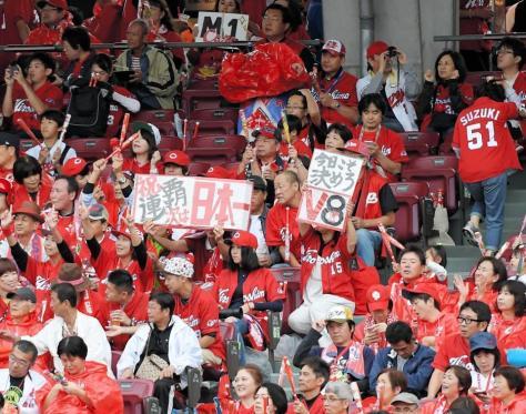 試合前に盛り上がる広島ファン=マツダスタジアム(撮影・堀内翔)