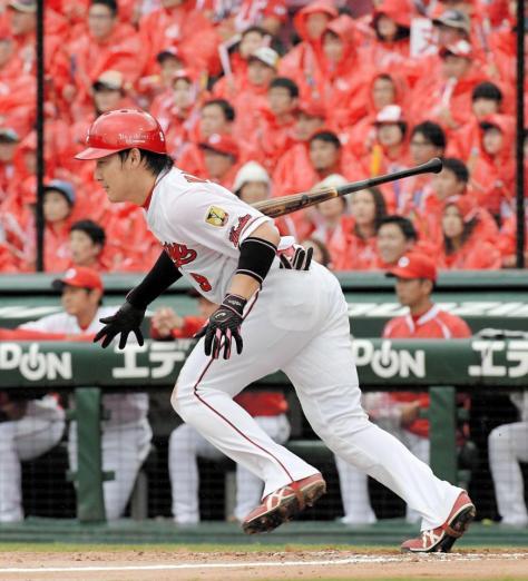 3回広島1死満塁、先制の右前2点適時打を放つ丸=マツダスタジアム(撮影・堀内翔)