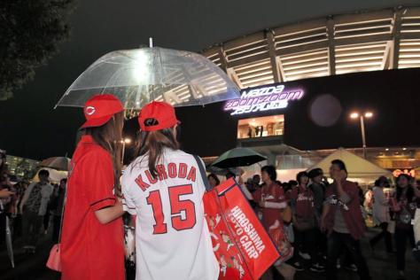 敗戦後、恨めしげにマツダスタジアムを見つめる広島ファン(撮影・高部洋祐)