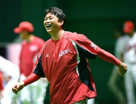 笑顔で練習する広島・新井貴浩=マツダスタジアム(撮影・棚橋慶太)