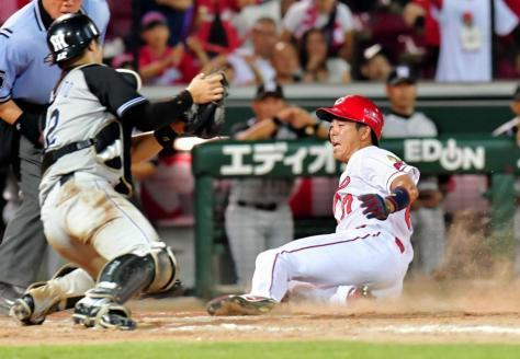 阪神戦の9回、西川の中前打で一塁から生還する野間(捕手・坂本)=8月3日