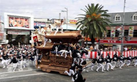 昨年の岸和田だんじり祭。豪快なやりまわしを見せた=大阪府岸和田市(門井聡撮影)