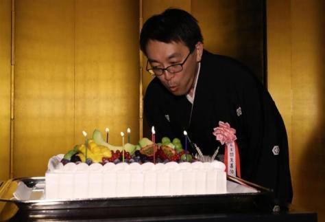 サプライズで用意された誕生日ケーキのろうそくを吹き消す羽生善治棋聖=27日午後、東京都渋谷区(古厩正樹撮影)