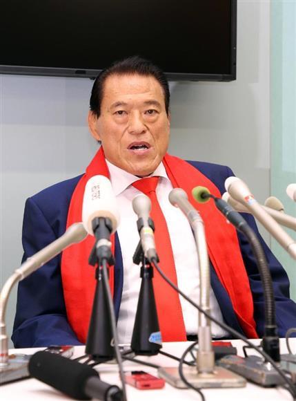北朝鮮訪問から帰国、記者会見に臨むアントニオ猪木議員=11日午後、東京・羽田空港(春名中撮影)