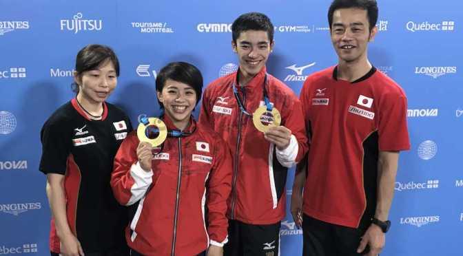 世界選手権で金メダルを獲得し、笑顔で写真におさまる(右から)日体大の畠田男子監督、白井、村上、日体大の瀬尾女子監督