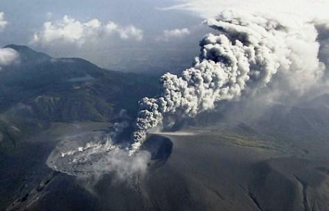 小規模噴火で噴煙を上げる新燃岳(11日午前)=(C)NNN