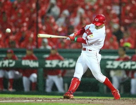 5回2死満塁、田中が中前に先制の2点適時打を放つ(カメラ・二川 雅年)