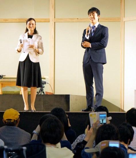 将棋日本シリーズ「テーブルマーク こども大会」の開会式直後にサプライズ登壇した藤井聡太四段