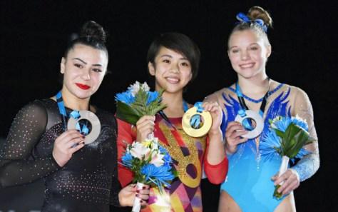 女子種目別の床運動で初優勝し、表彰式で笑顔の村上茉愛(8日、モントリオール)=共同