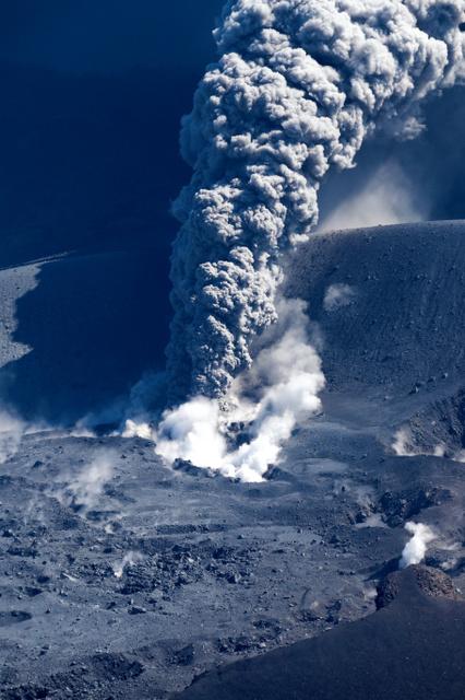 小規模噴火し、噴煙を上げる新燃岳=11日午前10時19分、鹿児島・宮崎県境、朝日新聞社ヘリから、堀英治撮影