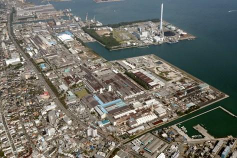 アルミや銅製品をつくる神戸製鋼所長府製造所。性能データの改ざんが行われていた=11日午後、山口県下関市、朝日新聞社ヘリから、堀英治撮影