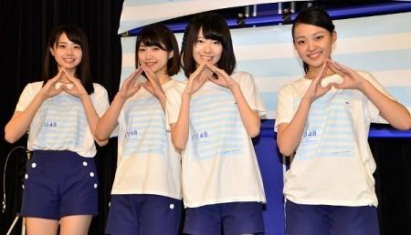 インタビューで岡山にちなみ「モモ」のポーズをするSTU48メンバー