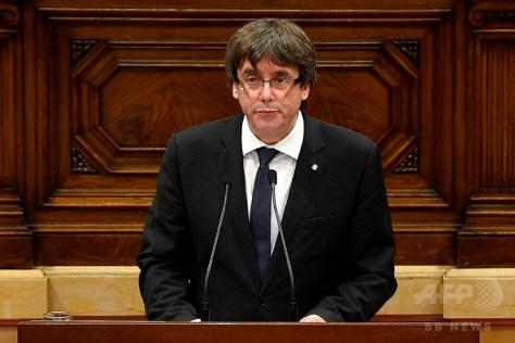 スペイン・カタルーニャ自治州議会で演説するカルレス・プチデモン州首相(2017年10月10日撮影)。(c)AFP/LLUIS GENE